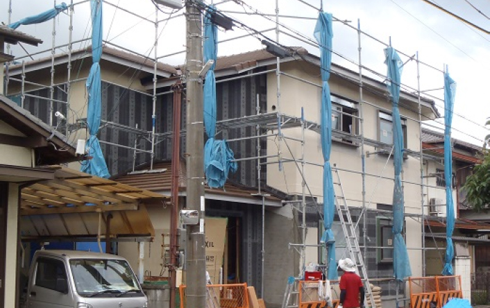 ②改修工事中の外観