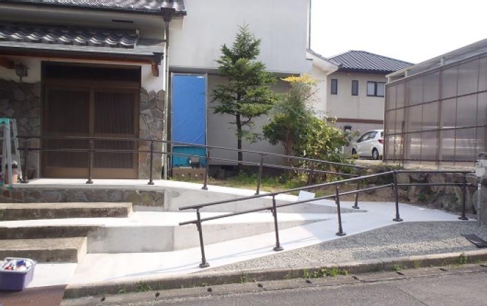①道路から玄関までの車イス用スロープと手すり