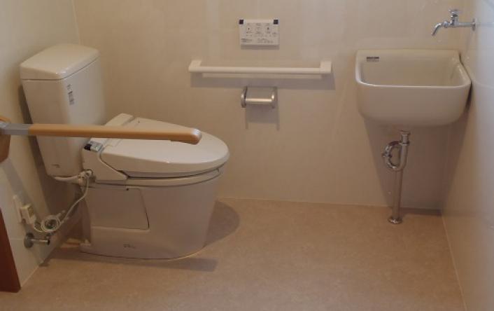 ⑥車イス対応のトイレ