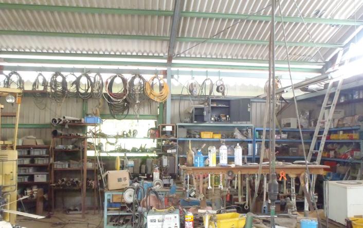 ④たくさんの工具と材料が整然と配置された内部